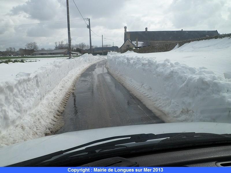 46-apres-le-passage-des-tracteurs-la-route-redevient-praticable