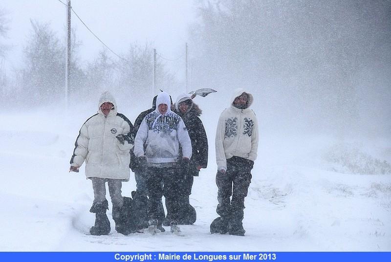 53-des-promeneurs-dans-le-vent-et-la-neige