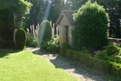 le-petit-jardin-au-seuil-du-refectoire-des-moines-2