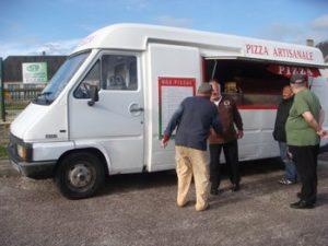 les clients du camion pizzas à longues sur mer