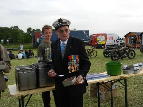 Mr VILMONT vétéran du MONTCALM a la popotte à Longues